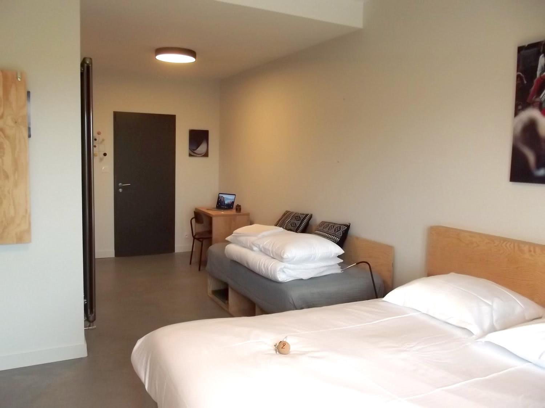 Exemple d'une suite à louer sur Plouharnel avec banquette d'appoint, bureau et lit double.