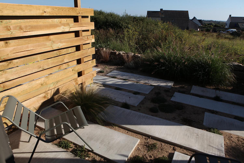 Exemple d'une des terrasses privées des suites à louer disponible au rez de chaussée de la maison.