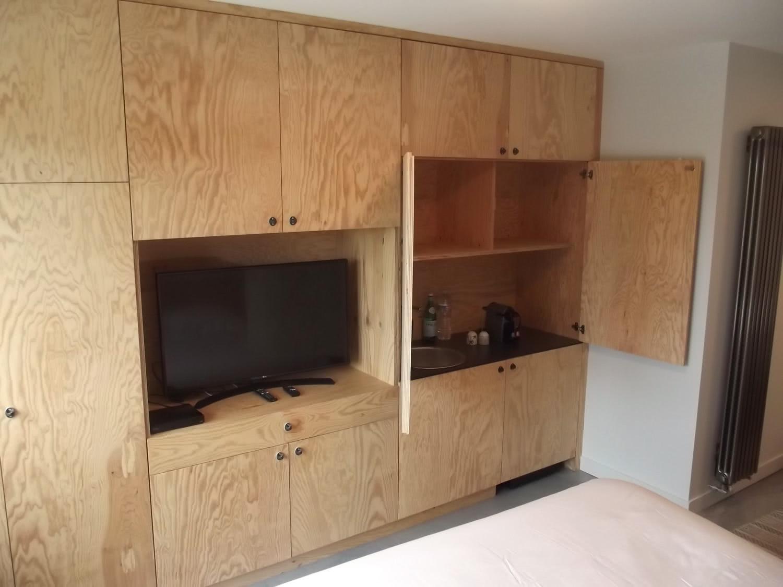 Exemple d'une suite à louer sur Plouharnel avec équipement cuisine et TV.