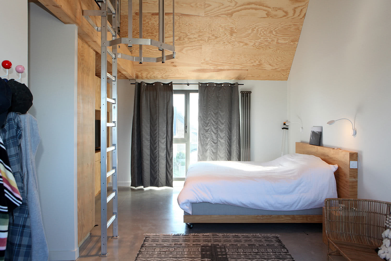 Chambre n°04 adjacente au salon avec lit double queen size dans notre location de Plouharnel.