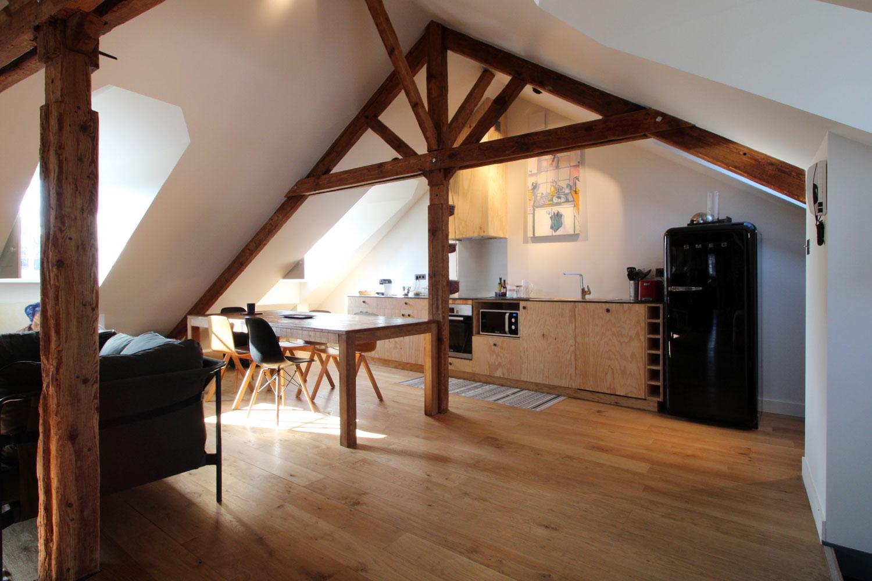 Appartement à louer sur Vannes, vue de la cuisine équipée avec grande table à manger.