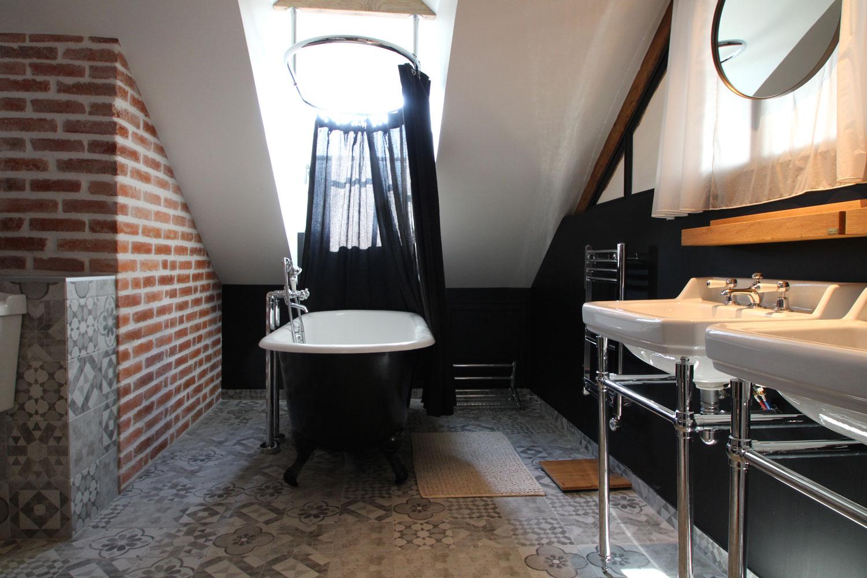 Salle de bain avec baignoire de notre location à Saint Patern.