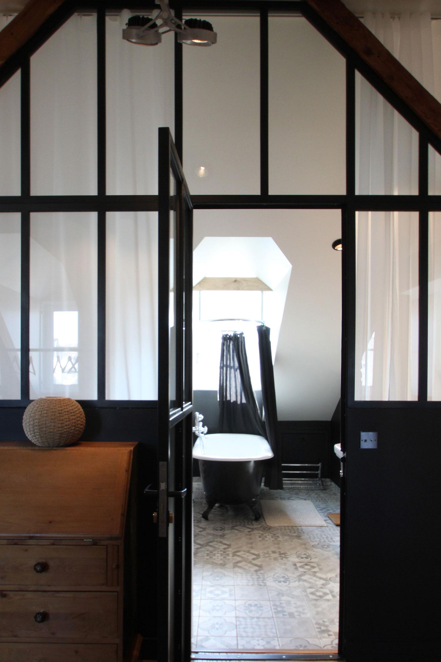 Vue de la verrière qui délimite la salle de bain de notre loft-appartement à Vannes.