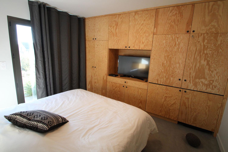 Exemple d'une de nos suites avec lit double et TV.