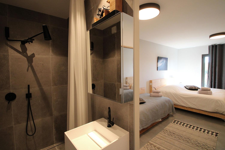 Salle de bain d'une des suites en location à Sainte-barbe.