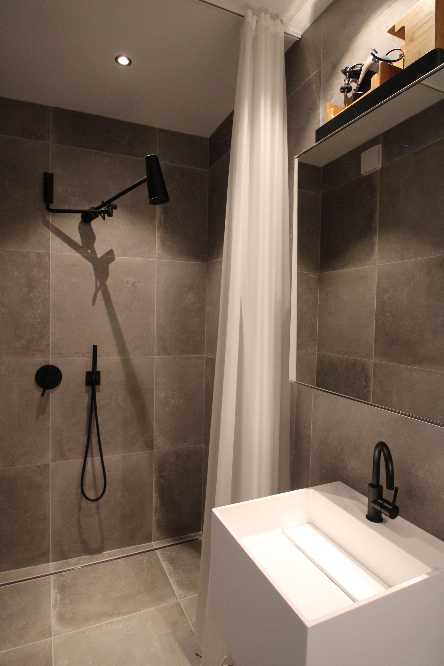 Salle de bain d'une des suites en location à Plouharnel.