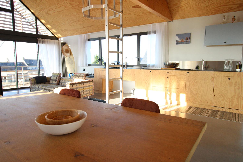 Grande table avec cuisine équipée de notre location sur Plouharnel.