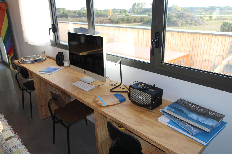 Espace de travail avec bureau et ordinateur IMAC 27 à disposition.