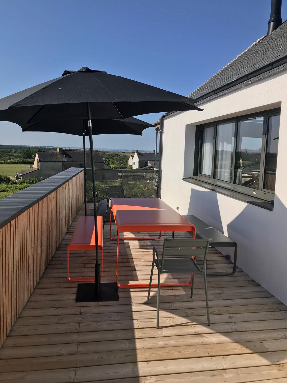 Terrasse de notre maison a louer sur Plouharnel, accessible du salon ou de la chambre 04.