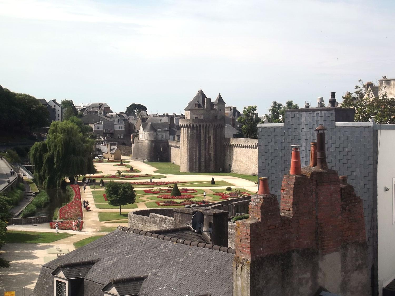 Vue de la fenêtre de notre location sur les remparts de Vannes.