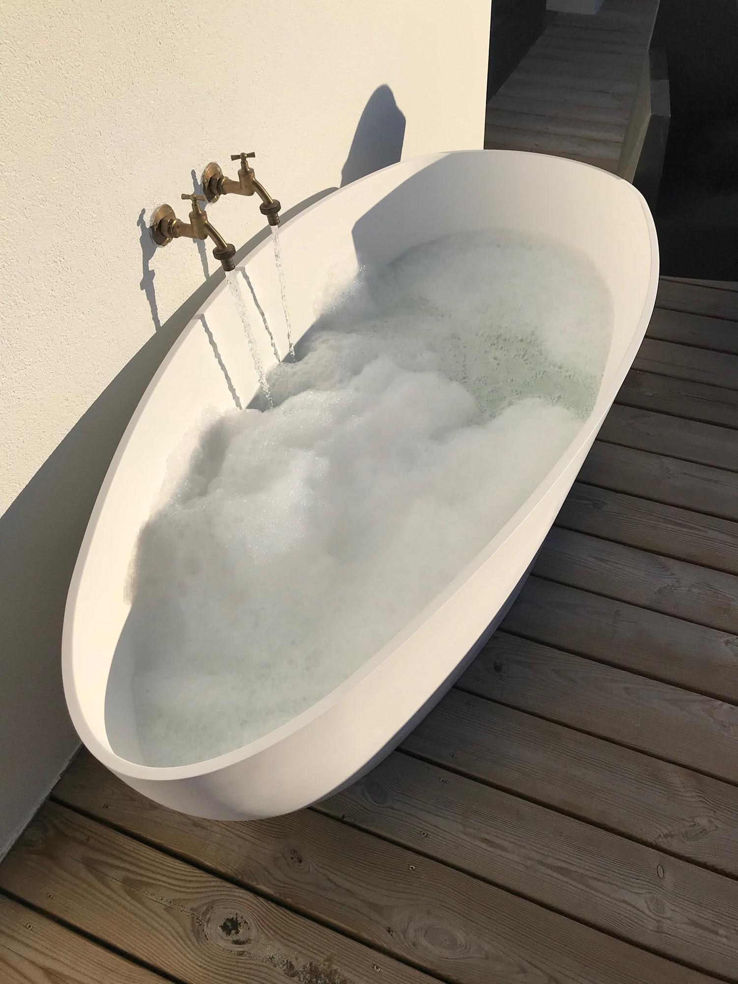 Baignoire extérieure sur la terasse de l'étage de notre maison a louer sur Sainte-Barbe.