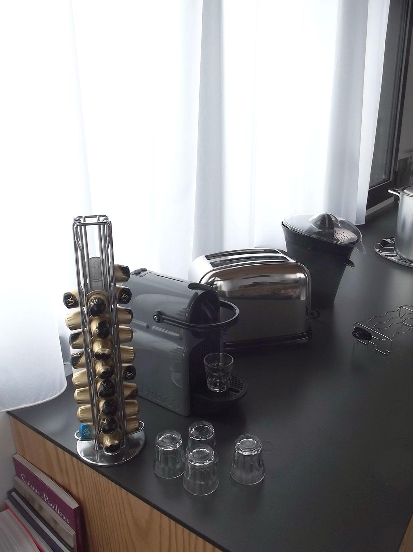 Machine à café avec dosettes de la cuisine de l'étage de notre maison à louer sur Sainte-Barbe.