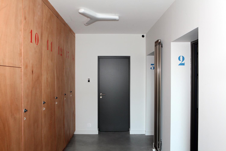 Entrée de notre maison à louer sur Plouharnel avec accès à la buanderie, les suites et l'escalier.