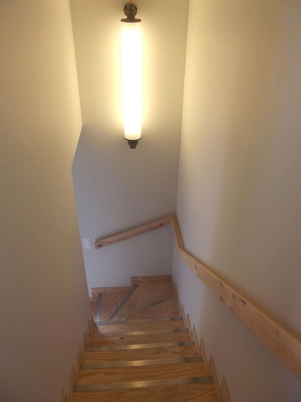 Escalier principal de notre location de Plouharnel menant à la suite de l'étage, au salon, à la cuisine et à la terasse.