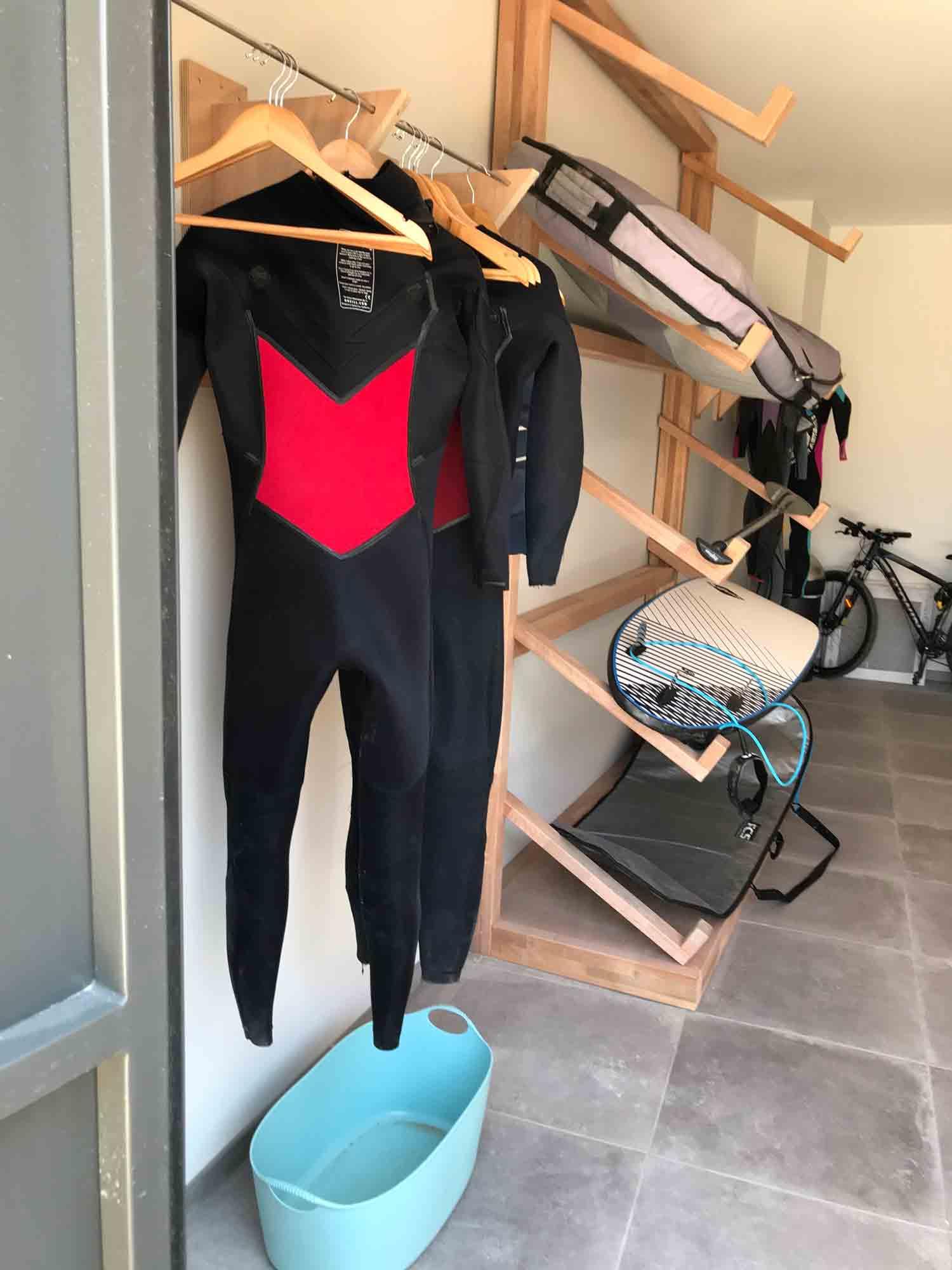 Garage avec rangements surfs, vélos, combinaisons de notre locaiton de Plouharnel.
