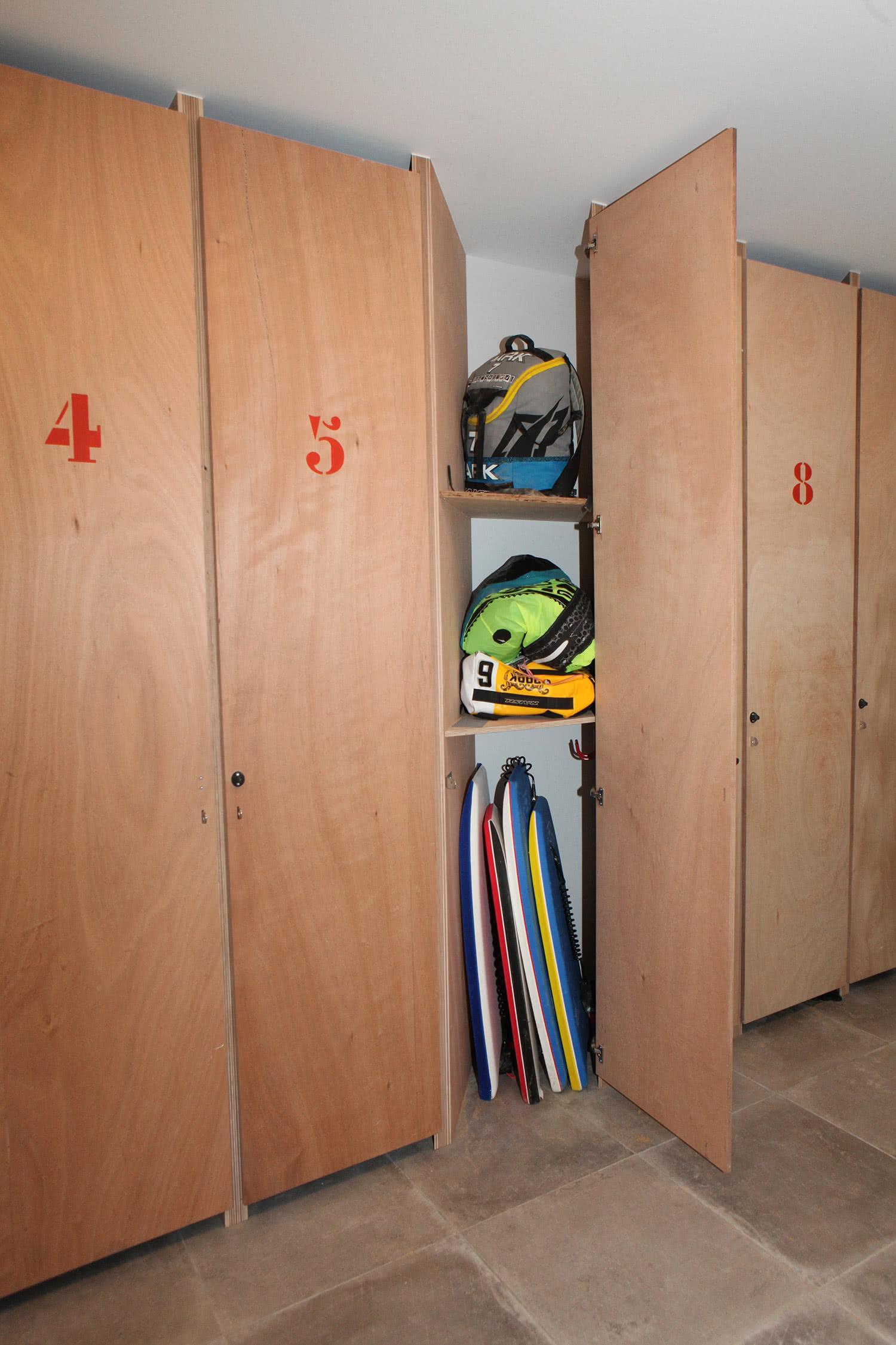 Casiers de rangement avec verrou disponible dans le garage de notre location de Sainte-Barbe.