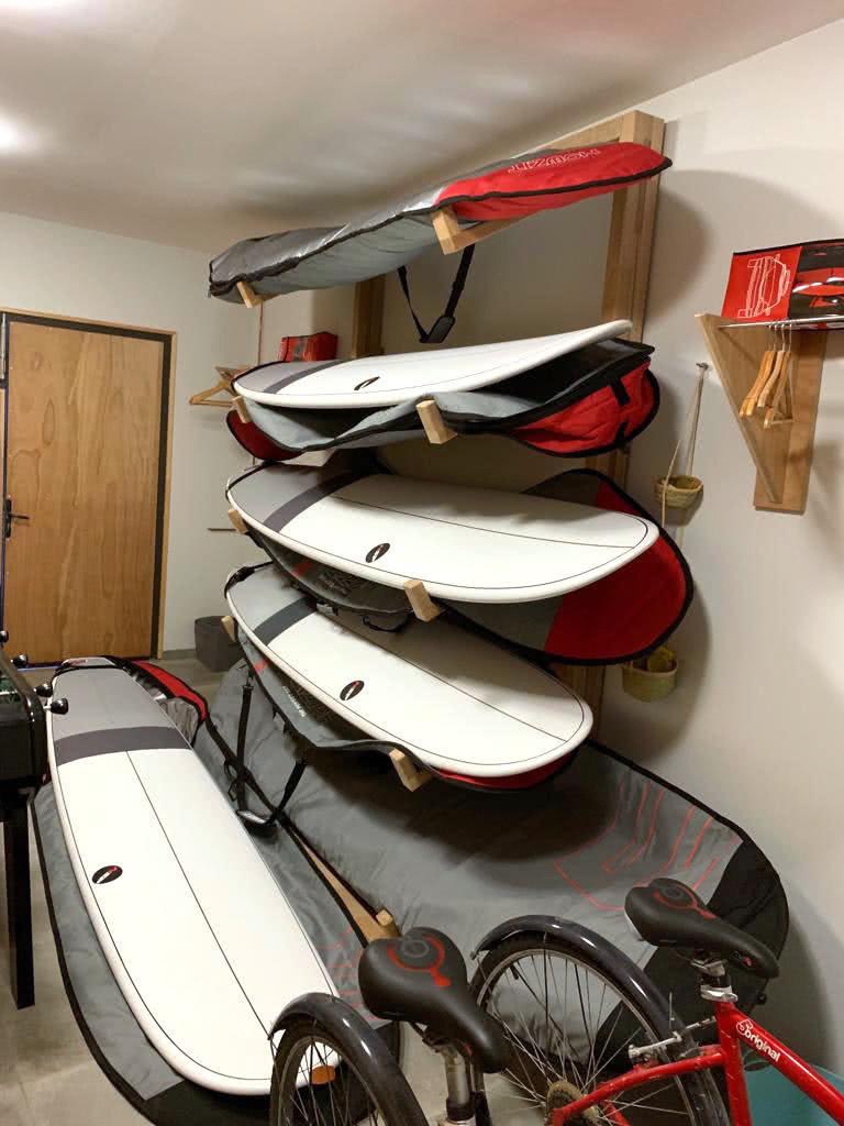 Planches de surf disponibles à la location dans notre maison de Sainte-Barbe.