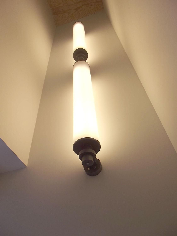 Luminaires visibles dans l'escalier principal de notre maison en location à Plouharnel.