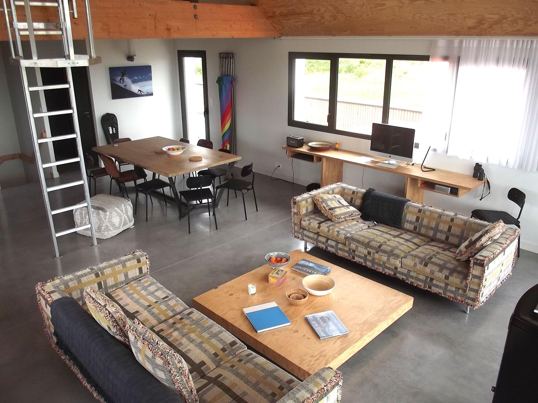 Salon avec canapés, grande table à manger et espace de travail équipé dans notre location de Plouharnel.