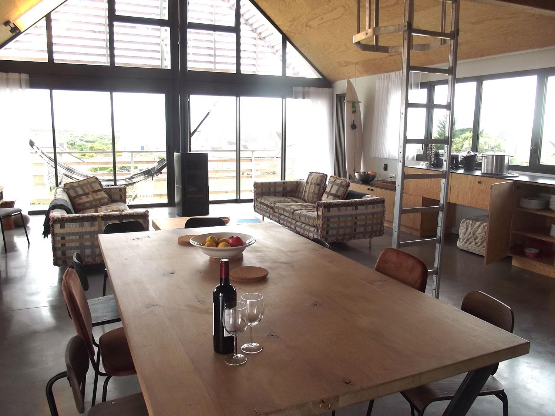 Table à manger de notre location de Sainte-Barbe avec vue sur le salon et la cuisine.
