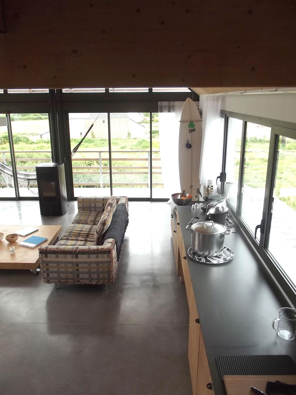 Vue sur la deuxième partie de la cuisine avec le salon de notre maison à louer sur Plouharnel.