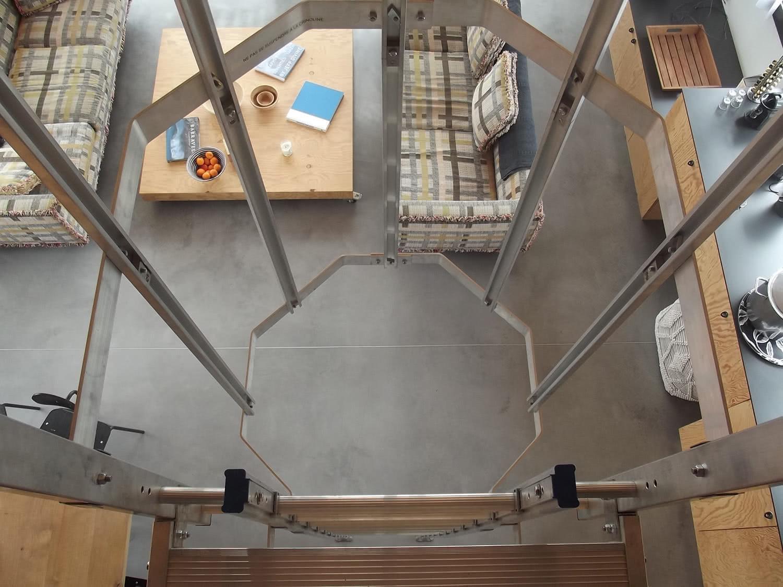 Echelle et vue à partir de la mezzanine du salon de l'étage de notre location de Sainte-Barbe.