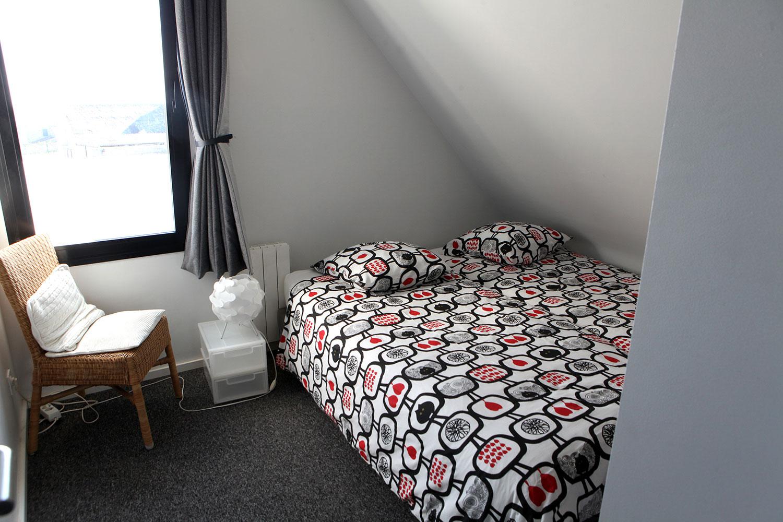Deuxième chambre à l'étage avec lit double, de notre maison en location à Plouharnel.