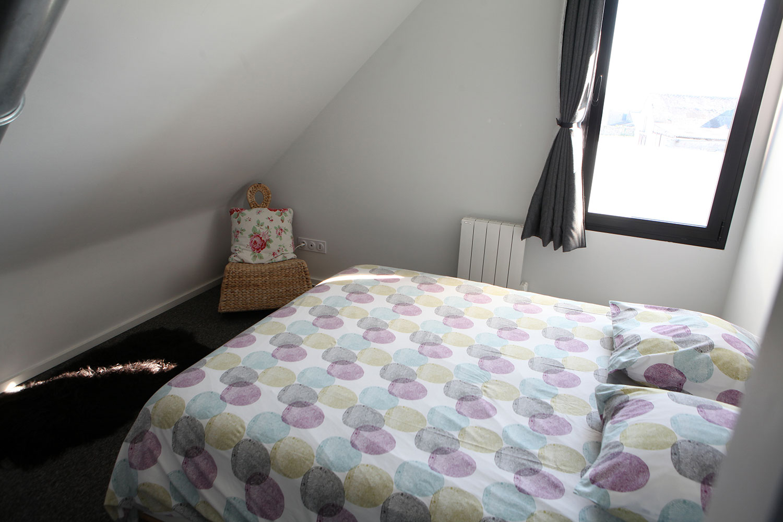 Chambre avec lit double à l'étage de notre maison à louer sur Plouharnel.