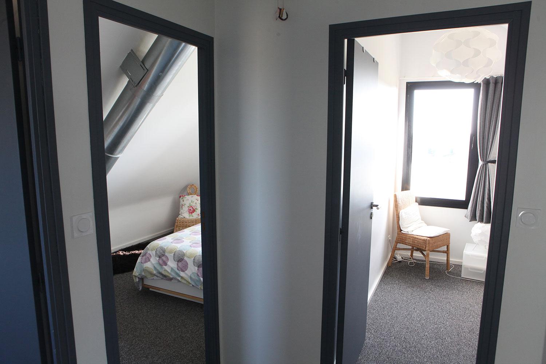 Vue du couloir sur l'entrée menant aux deux chambres de l'étage de notre location de Plouharnel.