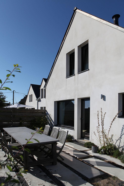 Vue extérieure de notre location de jardin avec table et chaises située à Sainte-Barbe.