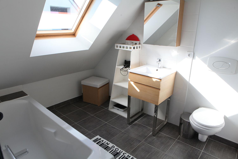 Salle de bain avec baignoire dans notre location au bord de la plage à Plouharnel.