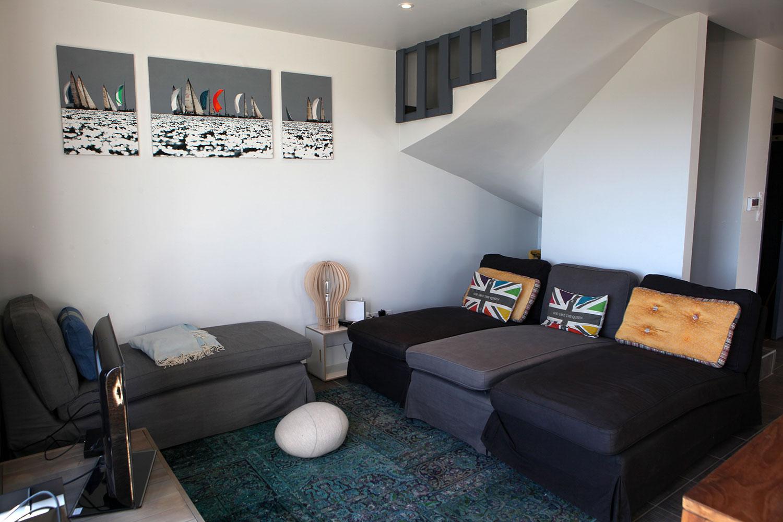 Salon avec canapés de notre maison à louer sur Sainte-Barbe.