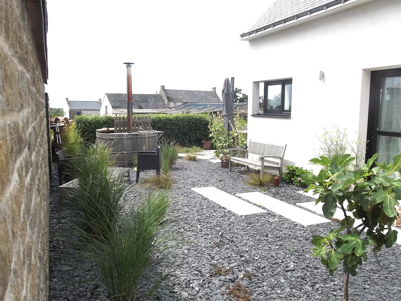 Jardin avec bain nordique extérieur dans notre maison à louer sur Sainte-Barbe.